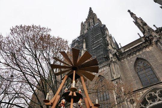 ulmer dom während der Weihnachtszeit in deutschland im winter