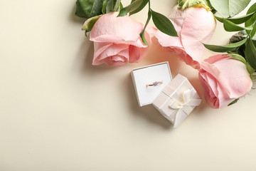 Photo sur Plexiglas Fleuriste Box with beautiful engagement ring and roses on light background