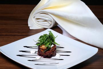 Salat von Roter Bete mit getrockneten fFeigen und Ricotta -käse.