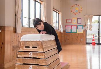 跳び箱をする女の子