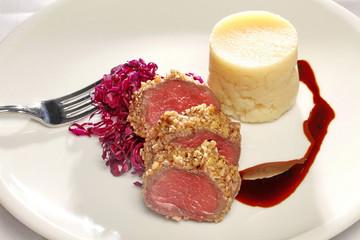 Hirschrücken im Nussmantel mit warmem Rotkohlsalat und Kartoffel-Apfelmouseeline