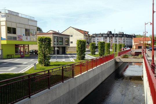 Ville de Creutzwald, le centre ville traversé par la Bisten, département de la Moselle, France