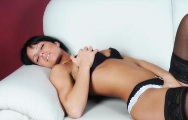 frau in unterwäsche auf sofa bett