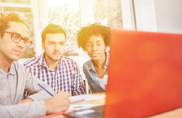 Start-Up Business Team mit Social Media Strategie