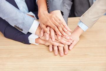 Gruppe Geschäftsleute stapeln Hände aufeinander