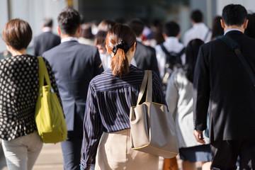 通勤する女性の風景