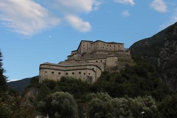 Il forte di Bard domina la valle dalla cima di una collina