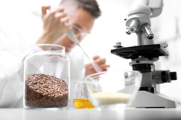 Fototapeta Laboratorium. Badanie żywności.  Laborant w pracowni laboratorium naukowego analizuje pod mikroskopem. obraz