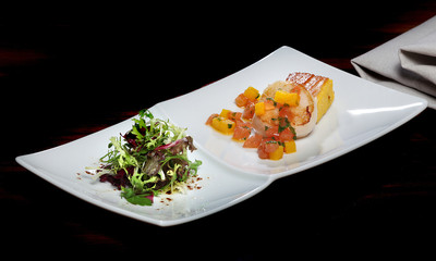 Gebratenen Jakobsmuschel mit Polenta im Speckmantel, Tomaten und Paprikawürfel und gemischtem Salat