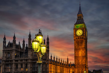 Wall Mural - Nahaufnahme des Big Ben Turmes in Westminster in London am Abend nach Sonnenuntergang