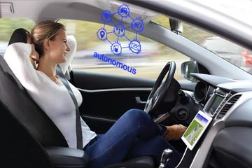 Frau genießt autonomes Fahren