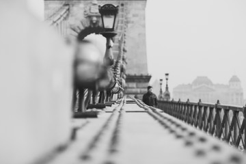 Fototapeta premium Zamyka up rocznika metalu ogrodzenie Łańcuszkowy most w czarnym bielu. Architektura tło budowlane. Węgry, Budapeszt