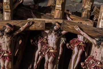 Todos los crucifijos están acomodados ordenadamente.