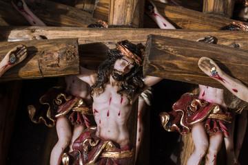 Jesuscristo está clavado en la cruz.