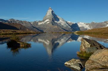Fotomurales - The Matterhorn reflected in the Stellisee during a summers morning. Zermatt, Switzerland.