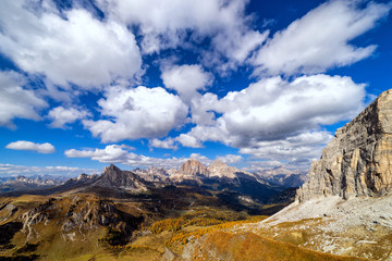 Fototapete - Colorful scenic view of majestic Dolomites mountains in Italian Alps. Landscape photo of colorful trees and rocky mountains in the the Italian Dolomites during autumn time.