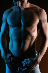 muskulöser Mann in Jeans