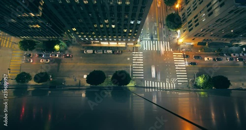 Fotobehang Traffic and street intersection reflecting on metal building wall in downtown Los Angeles. View from above. 4K Timelapse.