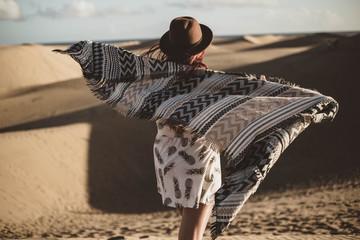 mujer con sombrero y pañuelo en el desierto
