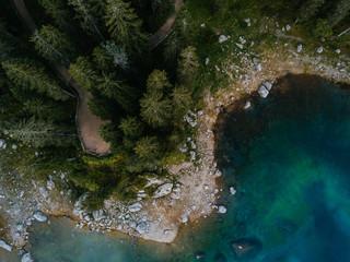 Ufer des Lago die Carezza aus der Vogelperspektive