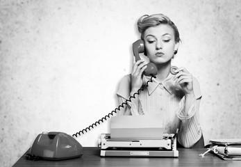 Fototapeta premium Atrakcyjna młoda kobieta mówi na vintage telefonu