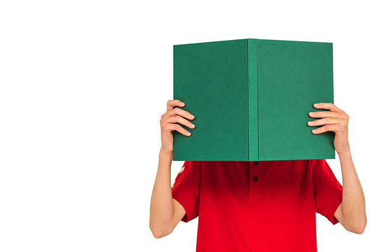 Junge in rotem T-Shirt liest in einem großen grünen Buch, dessen Cover mit einem Text versehen werden kann.