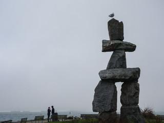 霧の深い日に見た海沿いにたつカナダの歴史ある石の彫像