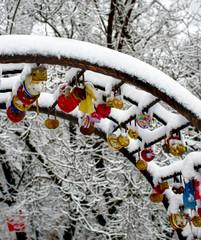 Wedding locks freeze up in the winter. Свадьба зимой. Wedding tradition