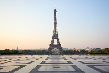 Photo sur Aluminium Tour Eiffel Eiffel tower, empty Trocadero, nobody in a clear summer morning in Paris, France