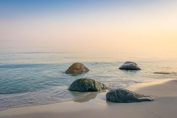 Sonnenaufgang am Strand mit Nebel