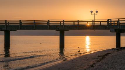 Sonnenaufgang mit Seebrücke an der Ostsee