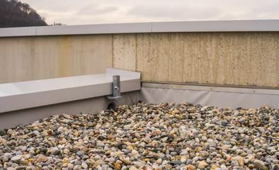 Flachdach Kiesdach closeup Kiesbett Drainage - Flat roof gravel roof closeup gravel bed drainage