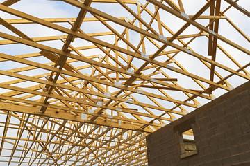 Hausdach in Konstuktion Gebälk Dachstuhl aus Nadelholz Innenansicht - Roof of a house in construction roof truss made of coniferous wood interior view