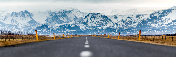 Lange gerade und befestigte Strasse in Island