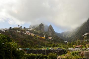 Poster de jardin Guilin La Gomera: Hermigua with the twin rocks