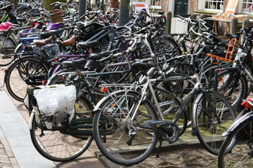 fietsenstalling vol met fietsen in een studentenstad