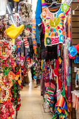Haengende, bunte Kleidung auf Markt in Mexiko