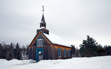 Photo sur Aluminium Edifice religieux Old style little church abandoned in the winter