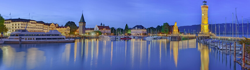 Foto op Aluminium Poort Lindau Bodensee Hafen Panorama beleuchtet