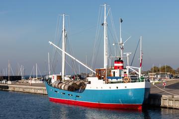 Küstenmotorschiff im Hafen von Stege auf Mön