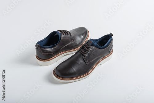80f88622e7 Arte calzado cómodo para hombre, moderno y presentable para catalogo de  zapatos sobre fondo blanco