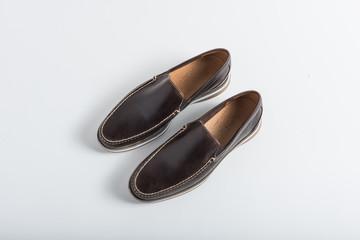 Arte calzado cómodo para hombre, moderno y presentable para catalogo de zapatos sobre fondo blanco