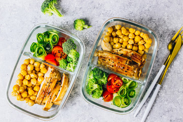 Foto op Plexiglas Assortiment Healthy meal prep containers chicken and fresh vegetables.