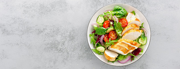 Stores à enrouleur Nourriture Grilled chicken breast, fillet and fresh vegetable salad of lettuce, arugula, spinach, cucumber and tomato. Healthy lunch menu. Diet food. Top view. Banner