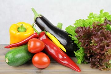 Warzywa - zdrowe jedzenie - bakłażan, pomidry, papryka, cukinia, sałata