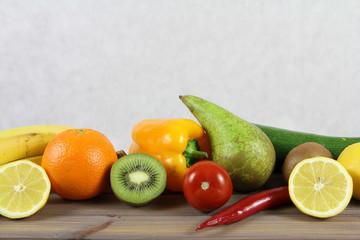 Zdrowy tryb życia - owoce i warzywa - gruszka, cukinia, pomidory, pamarańcza, czerwona papryka