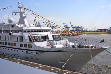 Klassisches Kreuzfahrtschiff mit Flaggen