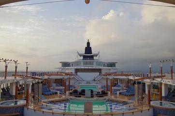 Pooldeck auf Kreuzfahrtschiff