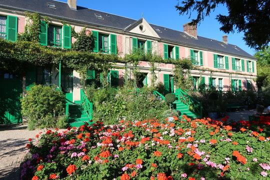 Façade de la maison de Claude Monet à Giverny, avec des géraniums (France)