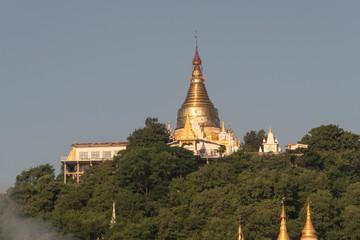 vista de la montaña de Sagaing con sus Pagodas desde Mandalay. Myanmar